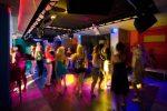 Куда в клубе деть сумку – Скажите,где оставляют сумки на дискачах в ночном клубе или диско баре?Танцевать с сумкой не удобно,а за столиком без присмотра не оставишь?