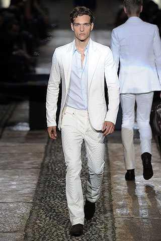 Пошитые из лёгких тканей, они просто незаменимы в жаркие летние дни.  Стильные и яркие белые брюки прекрасно сочетаются с разными моделями одежды  и поэтому ... 52a9a29edc2