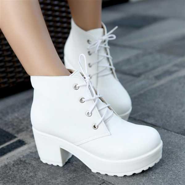 9fea1dca0 Зимние и весенние женские ботинки 2017: белые ботинки на шнуровке. Модные  материалы женских ботинок на зиму ...