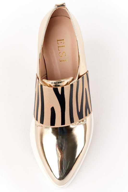 c306e85c9 Несмотря на внешнюю массивность рифленой обуви, совмещение ее с истинно  женскими предметами гардероба придает образу не грубости, а таинственного  ...