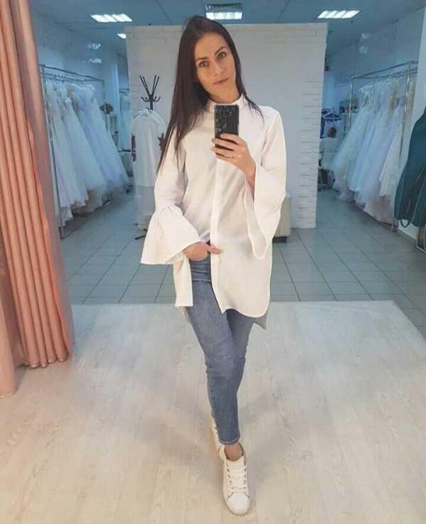 33939c7649ae Также белая рубашка в сочетании с джинсами может служить и как более  неформальный вариант образа, особенно если рубаха декорирована рисунком, ...