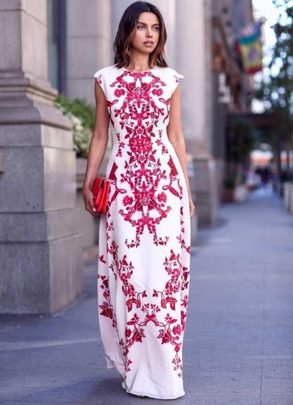 f7bf2e25819 В этом сезоне преобладают удлиненные модели платьев. Платья-мини для лета  остаются превосходным выбором для очень стройных девушек