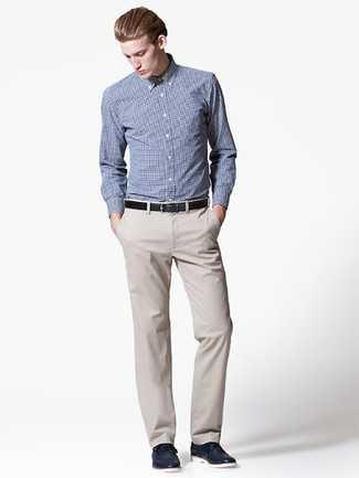 12ae732b1519 Серая классическая рубашка в шотландскую клетку. Черный кожаный ремень.  Бежевые брюки чинос. Темно-синие кожаные туфли дерби