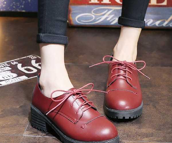 2efc4d7c2 Классический и самый распространенный вариант оксфордов – это, конечно же,  строгая модель из лакированной кожи черного цвета. Такой вариант обуви  отлично ...